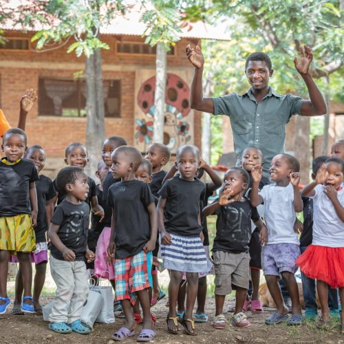 Koffers vol IAMMOZI shirts wachten al 365 dagen op reis Malawi